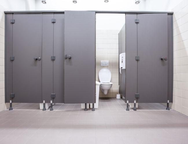 שבבתי הספר יהיה שירותים נקיים